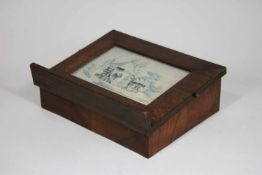 Kleines Lesepult, Holz, geschrägte Pultfläche mit Einlassung für eine Stickerei hinter Glas,