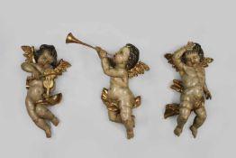 3 Putti, Holz, polychrom gefasst, mit goldenen Flügel, Instrumente n und Tuch, ein Putto mit