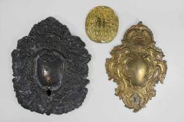 3 Wandblaker, Messing: 1. kleiner ovaler Wandblaker mit stilisierten Blüten und Ranken, teilweise