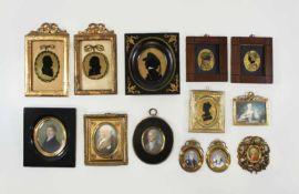 Konvolut aus 13 Miniaturen in diversen Techniken: Ein Paar Eglomiseen mit Silhouetten der Anna