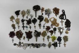 Konvolut 37 Rosenkränze, versch. Materialien, Plaketten diverser Heilige, max. L.: 81 cm, min. L.: