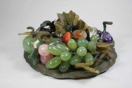 Schaugericht auf Zinnplatte, 11 diverse Früchte mit Blätterzweigen aus verschiedenen Halbedelsteinen