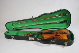 Geige und 2 Bögen im Koffer, Größe: 1/2, Bogen L.: 69 cm, 74 cm, Gebrauchsspuren.
