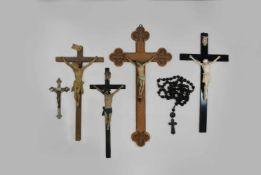 Rosenkranz + 5 Kruzifixe, vier Kruzifixe aus Holz, teilweise polychrom gefasst, eins davon als