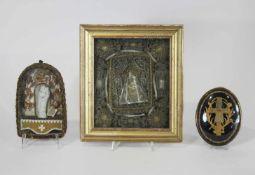 3 Reliquiare hinter Glas, antike Klosterarbeit, 19. Jh.: 1. Arma-Christi-Kreuz, Stoff hinter
