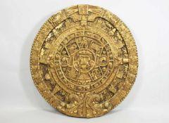 Goldene Reliefscheibe mit der Nachahmung des Maya Kalenders, Holz, geschnitzt. Maße: 36 x 35 x 3,5