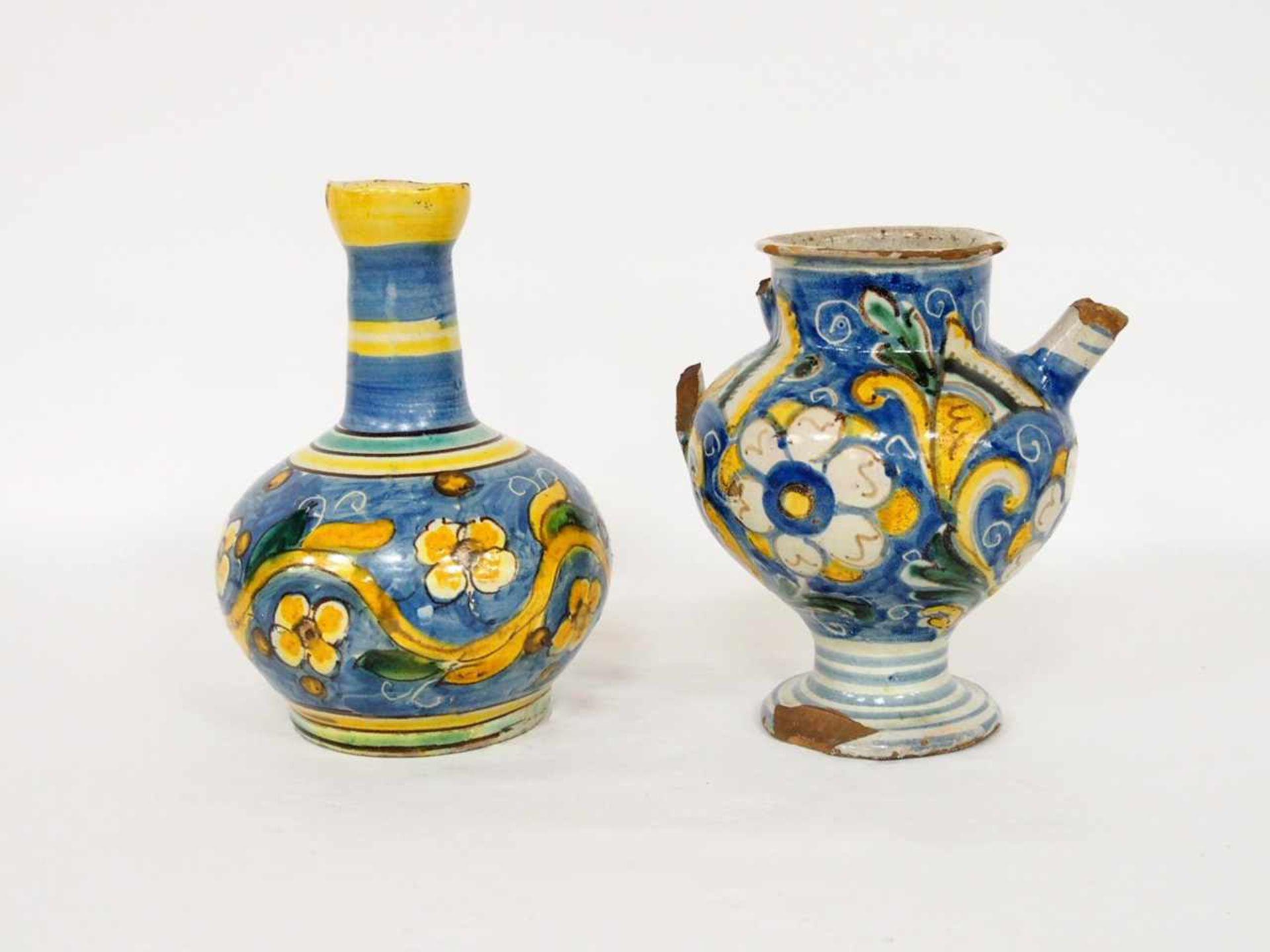 FlascheFayence, blauer Grund, Blumen und Ranken, Sizilien 19. Jahrhundert, Höhe 24 cm; Henkelkanne