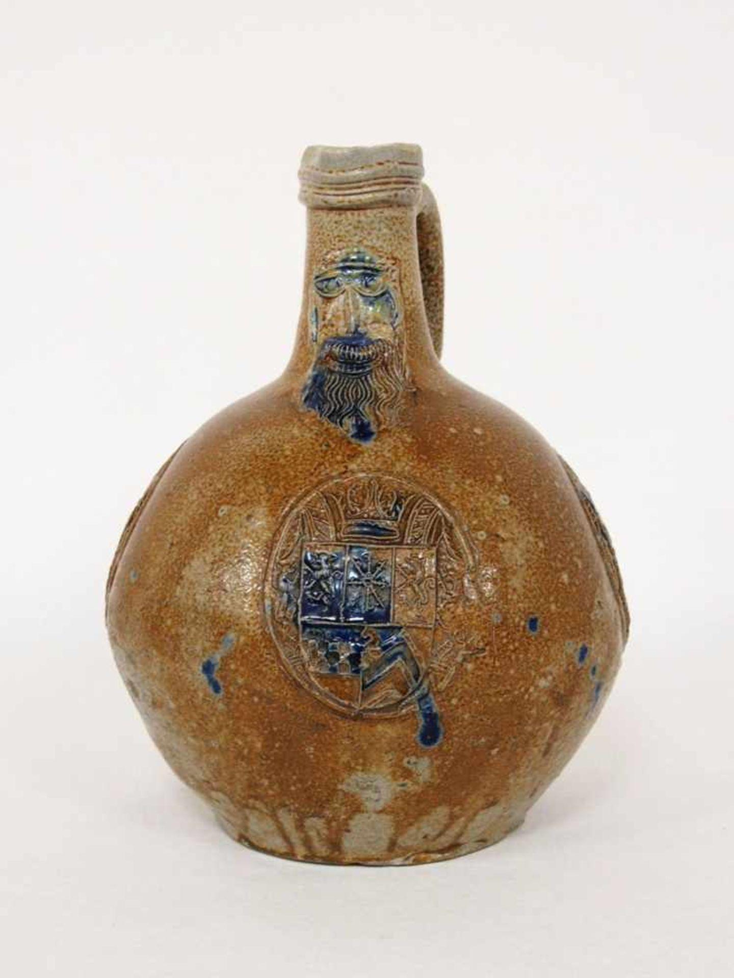 Bartmannkanne mit Wappen des Herzogtums Jülich, Kleve, BergSteinzeug, salzglasiert mit Kobaldblau,