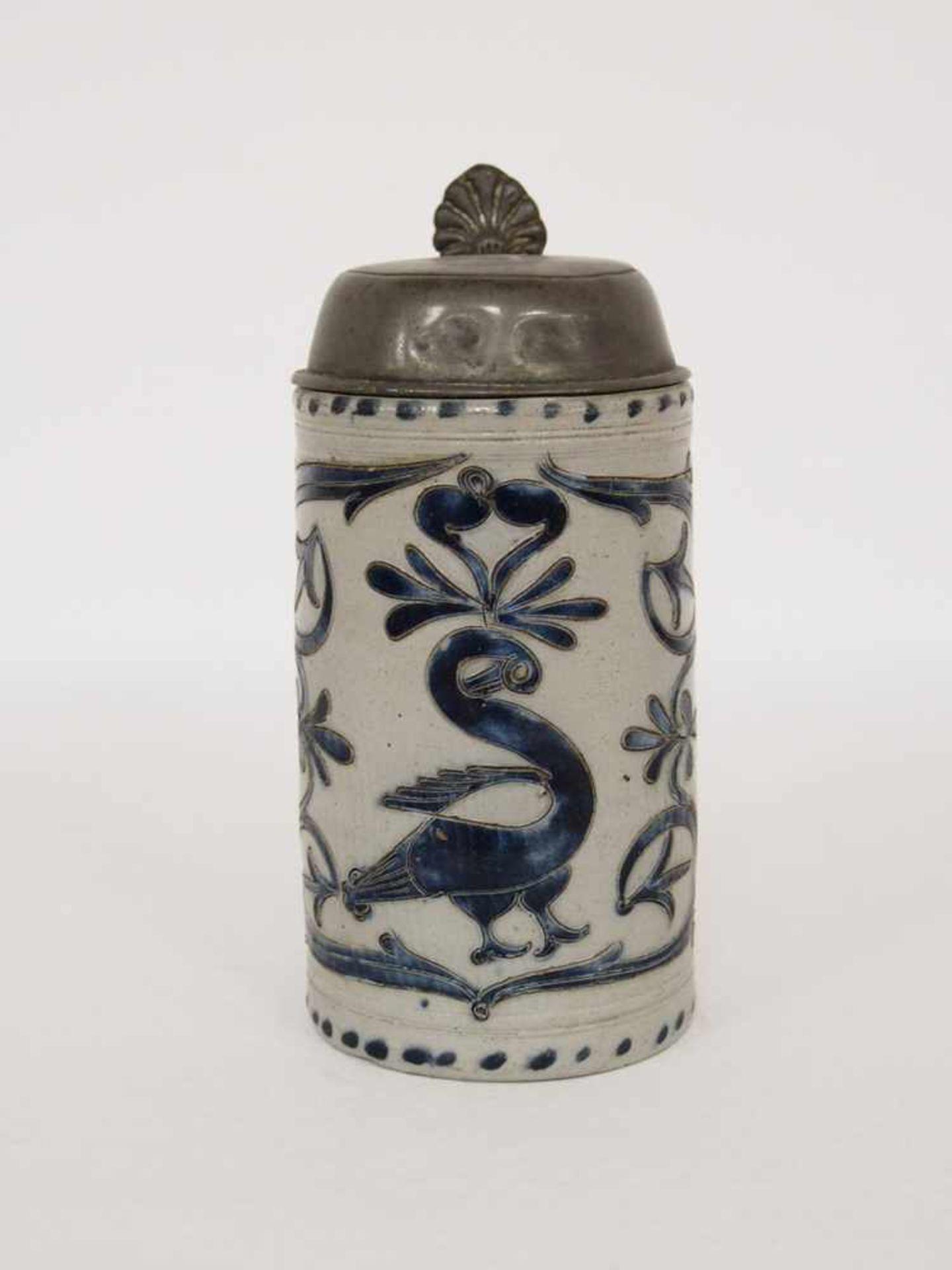 WalzenkrugSteinzeug, glasiert, blau bemalt, Ritzdekor, Blumenranken und Schwan, Zinndeckel, - Bild 2 aus 2