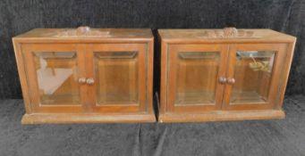 Paar Eichenaufsätze mit Glastür u. Schnappschlössern, um 1920, Glas geschliffen, Höhe 32,5 cm,
