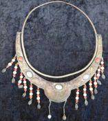 Halsschmuck, indisch, Messing, getrieben, mit div. Halbedelsteinen u. Perlen, Handarbeit, 1. H.