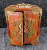Schmuckkästchen, asiatisch, 2. H. 20. Jhdt., 3 Schubladen, Messingbeschläge, Dekor stilisierte