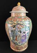 Große Vase. Japan. Am Boden eisenrote Marke. In Emailfarben und Gold. Deckel unten leicht gechipt.