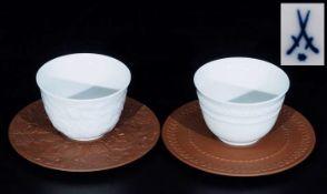 Paar weiße Koppchen mit Böttger-Steinzeug-Untertassen. <b