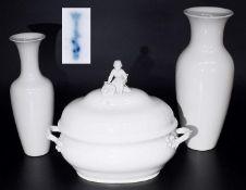 Große Deckelterrine. Zwei KPM-Vasen. <