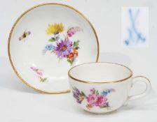Miniatur-Tasse mit Untertasse.Miniatur-Tasse mit Untertasse. MEISSEN um 1900, 1. Wahl. Farbige