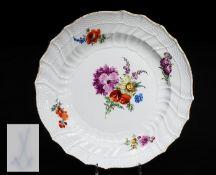 """Marcolini-Teller. MEISSEN 1774 - 1817, 1. Wahl. Reliefzierat """"Neubrandenstein"""". Farbige Bemalung """""""
