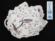 Blattschale mit Singvogel. MEISSEN, 18./19. Jahrhundert. Gezackte, gemuldete Form mit astförmiger