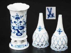 """Biedermeier-Vase. Paar Tischglocken. MEISSEN nach 1954. Unterglasurblauer Dekor """"Zwiebelmuster""""."""
