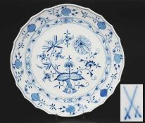 "Tortenplatte. MEISSEN 1972 - 1980, 1. Wahl. Kobaltblaue Unterglasurmalerei ""Zwiebelmuster-Dekor""."