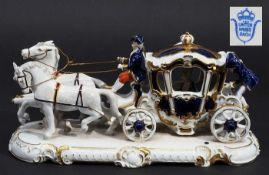 Porzellankutsche, farbig und gold staffiert. UNTERWEISSBACH, 20. Jahrhundert. Prunkvolle Kutsche<br
