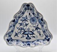 Meissen Porzellan Dreieck Schale, Schwertermarke nach 1934, 3. Wahl, ca. 26x24cm