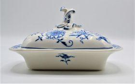 Meissen Porzellan Butterdose Zwiebelmuster, Schwertermarke nach 1934, 3. Wahl, ca. 19,5x15x11cm (
