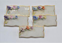 Porzellan Platzkarte Tischkarte 5-teilig Porzellanmarke N mit Krone, eine Blüte beschädigt