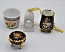 Porzellan Konvolut 4-teilig darunter Rosenthal studio-haus Glocke, FM Limoges Kobalt Döschen Hut