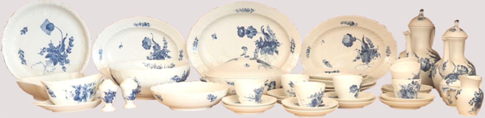 1 Speise-/Kaffeeservice Porzellan ROYAL COPENHAGENweiß-blau, für ca. 8 Personen, Platten, Terrinen