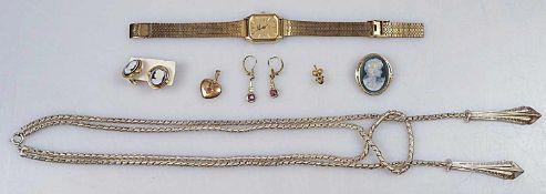 1 Konvolut Schmuck / Modeschmuck z.T. GG:Collier, Brosche mit Ohrclips, Anhänger, Damenarmbanduhr