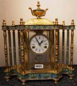 1 Kaminuhr Messing u.a. z.T. in Cloisonné-Optik, Uhrwerk in Glasgehäuse,