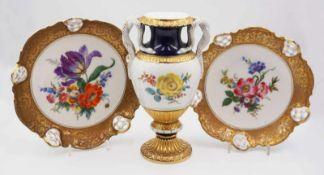 """1 Schlangenhenkelvase Porzellan MEISSEN, 2x gestr.,bemalt """"Blumenbouquet"""", z.T. kobaltblau/goldst"""
