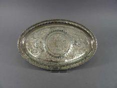 Tablett, 84 Silber, orientalischornamentiertes Gravurdekor, oval, L = 22 cm, ca. 239 g,
