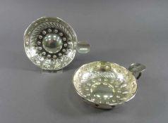 Zwei Degustationsschalen800 Silber, Reliefdekor, Griff mit Monogramm, L = 13 cm, ca. 251 g,
