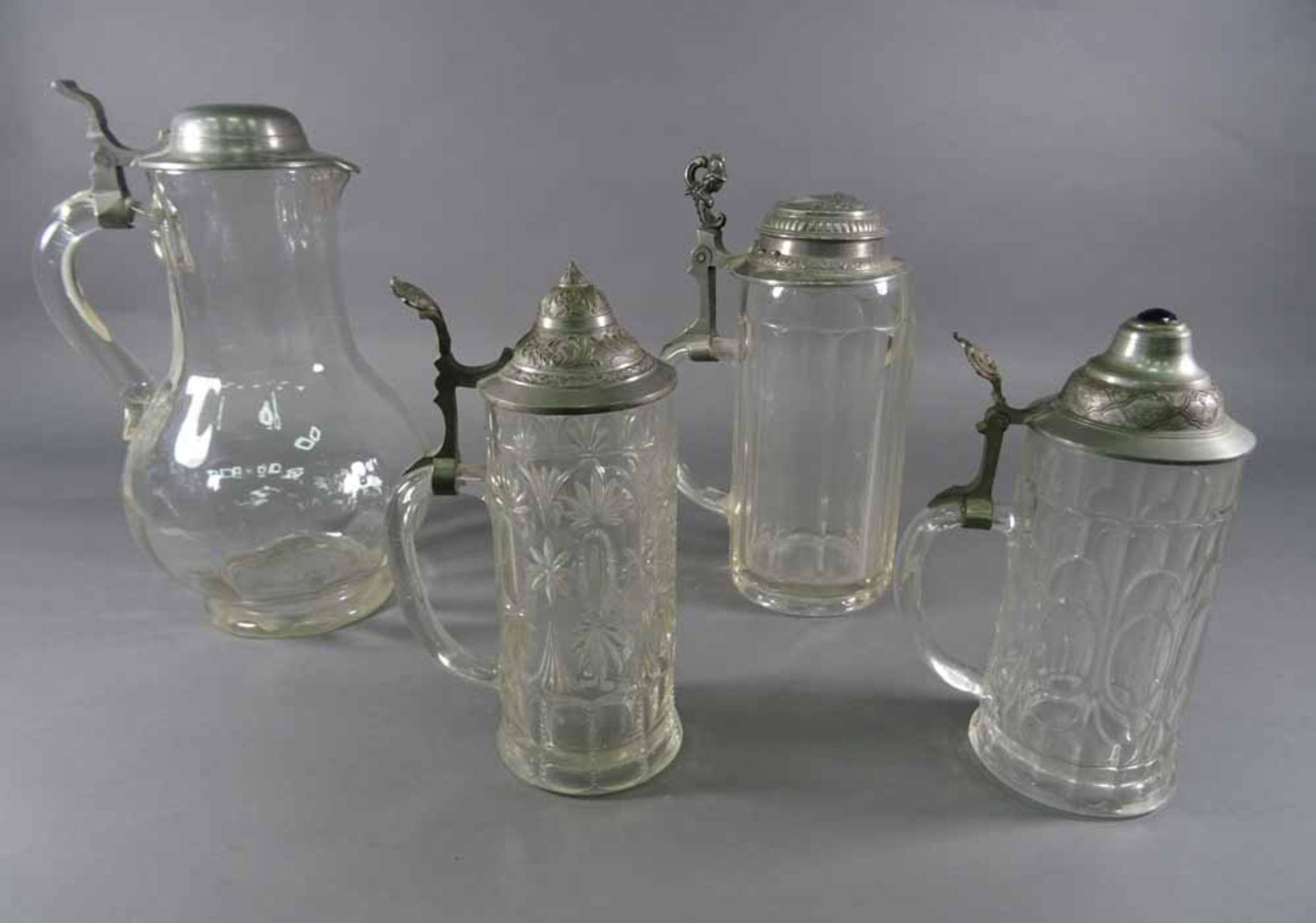 Drei Glaskrüge und Glaskanne