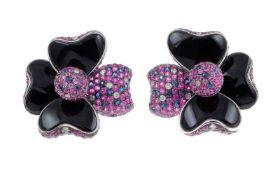 OhrschmuckOhrschmuck Blumen 18K WG mit 0,38 ct Diamanten, pinken Saphiren 6,77 ct und Onyx, Länge: