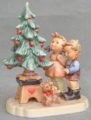 Geschwisterpaar vor Weihnachtsbaum
