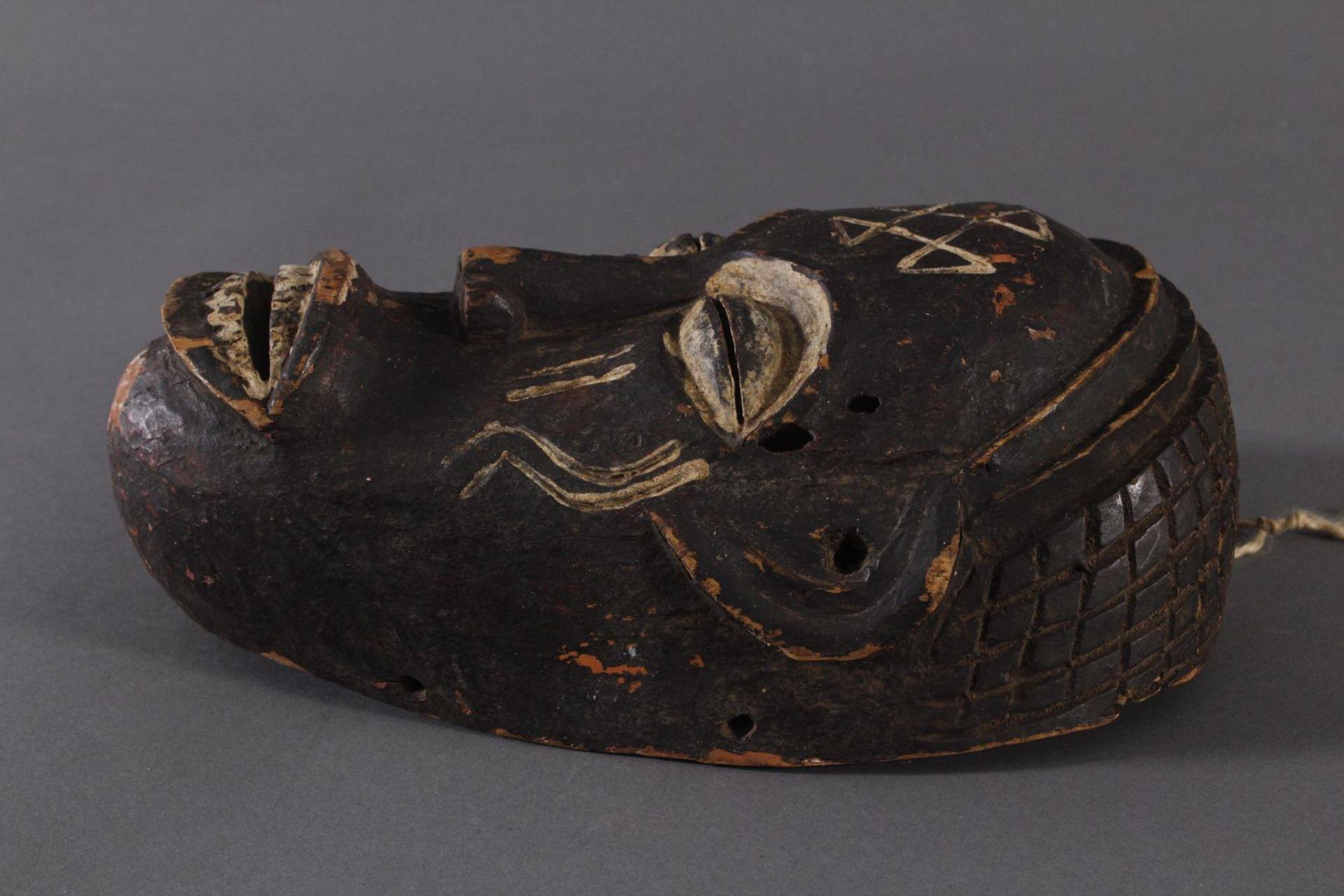 Antike Maske, Chokwe, Angola 1. Hälfte 20. Jh.Holz geschnitzt, dunkle Patina und Kaolin Bemalung, - Bild 3 aus 6