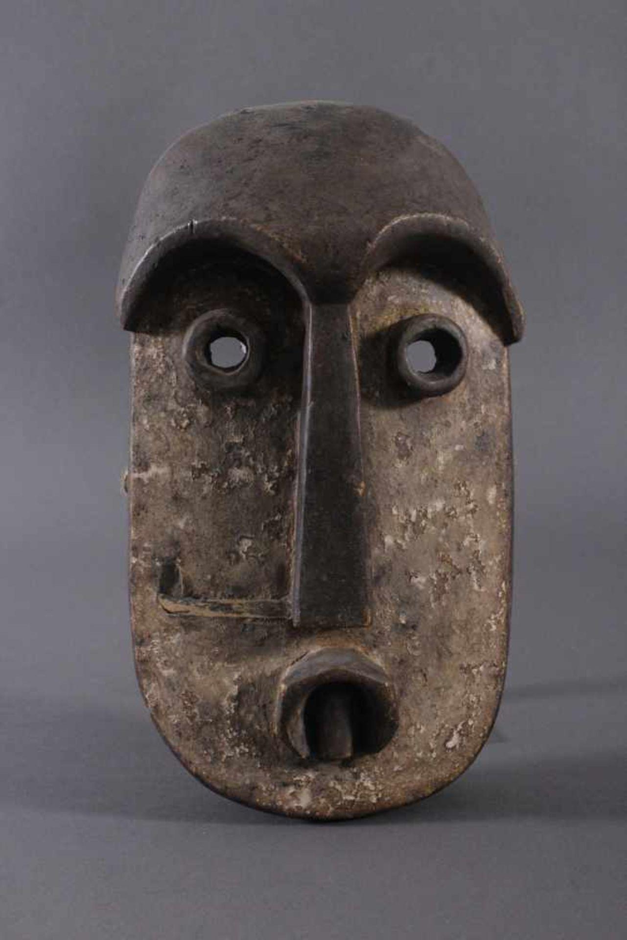 Antike Maske, Bembe, Kongo 1. Hälfte 20. Jh.Holz geschnitzt, runde Augen, dunkelbraune Patina, Reste