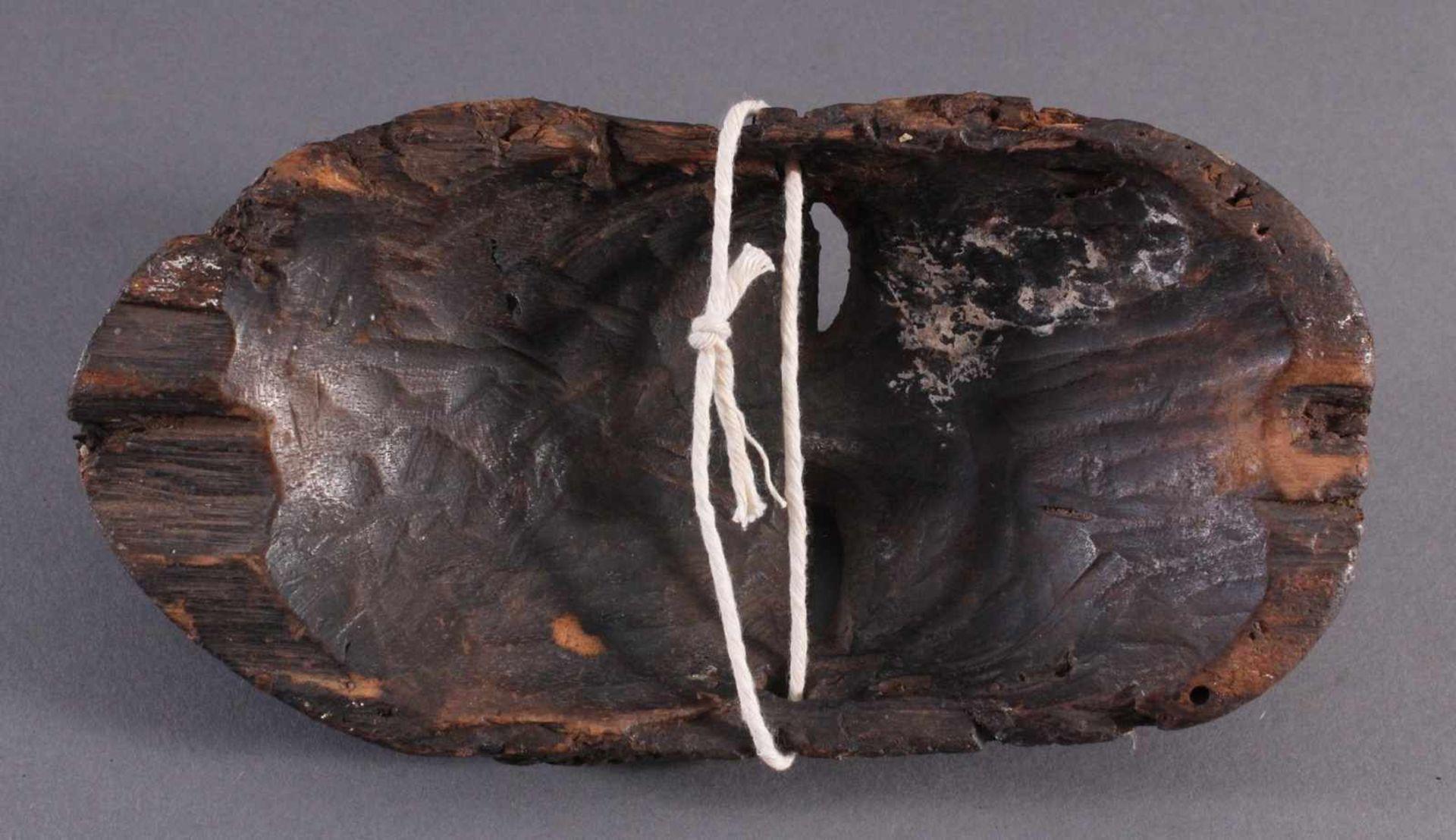 Antike Afrikanische Maske, 1. Hälfte 20. Jh.Braunes Holz, rot bemalt, schwarze Patina mit - Bild 6 aus 6