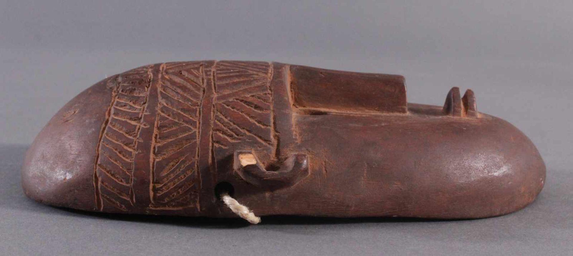 Antike Maske, BambaraHolz geschnitzt, braune Patina, am linken Ohr mit kleiner Abplatzung, - Bild 3 aus 6