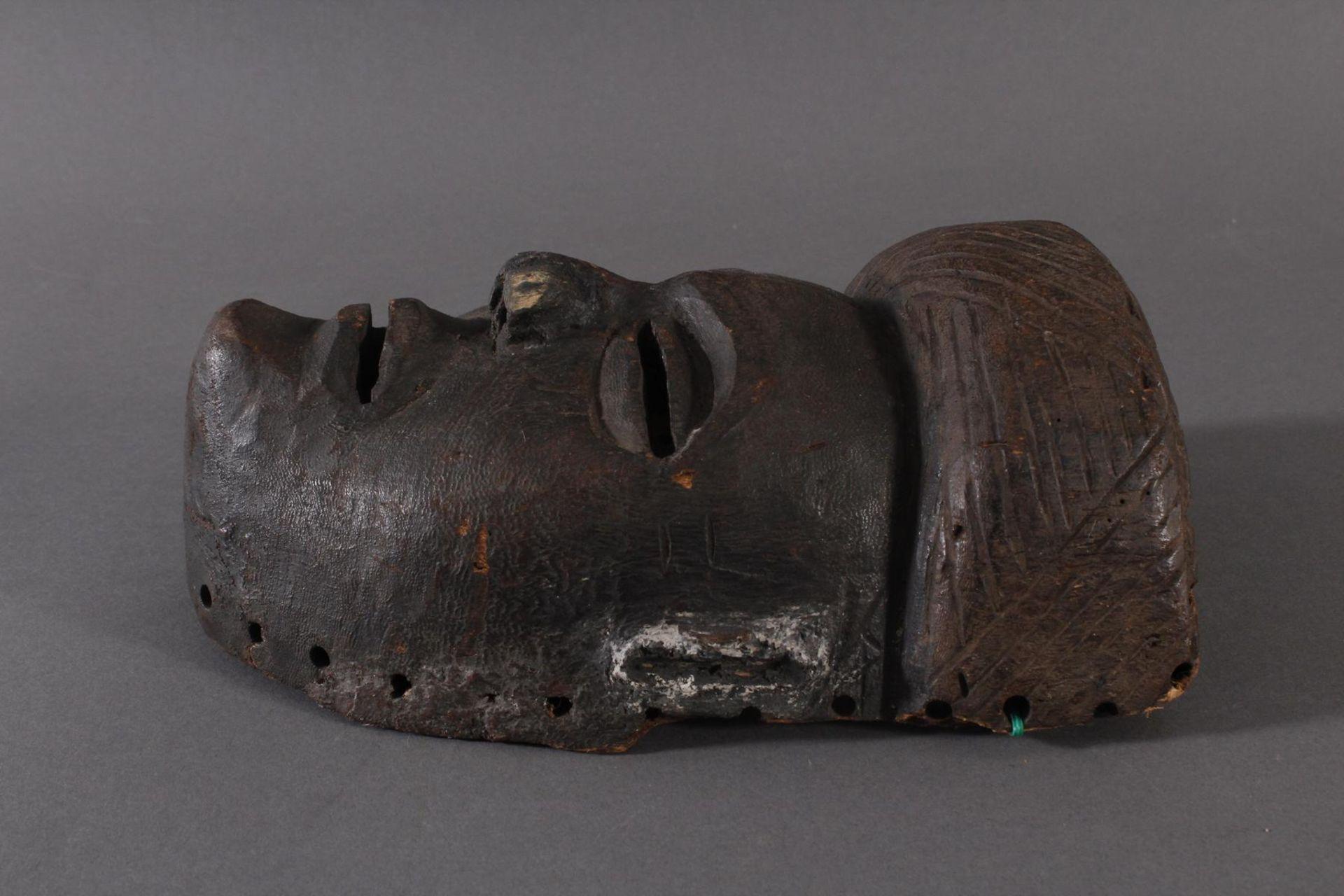 Antike Maske, Angola, Luena 20. Jh.Holz geschnitzt, dunkle Patina, Narbentatauierung, Ohren - Bild 3 aus 6