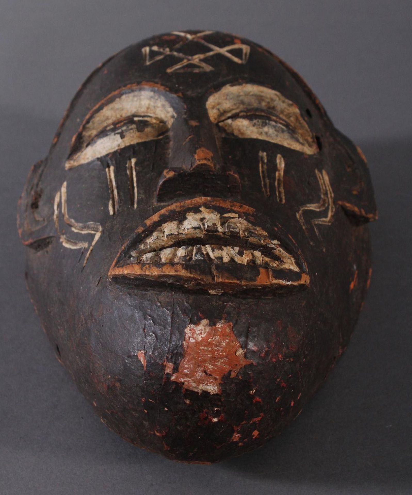 Antike Maske, Chokwe, Angola 1. Hälfte 20. Jh.Holz geschnitzt, dunkle Patina und Kaolin Bemalung, - Bild 4 aus 6