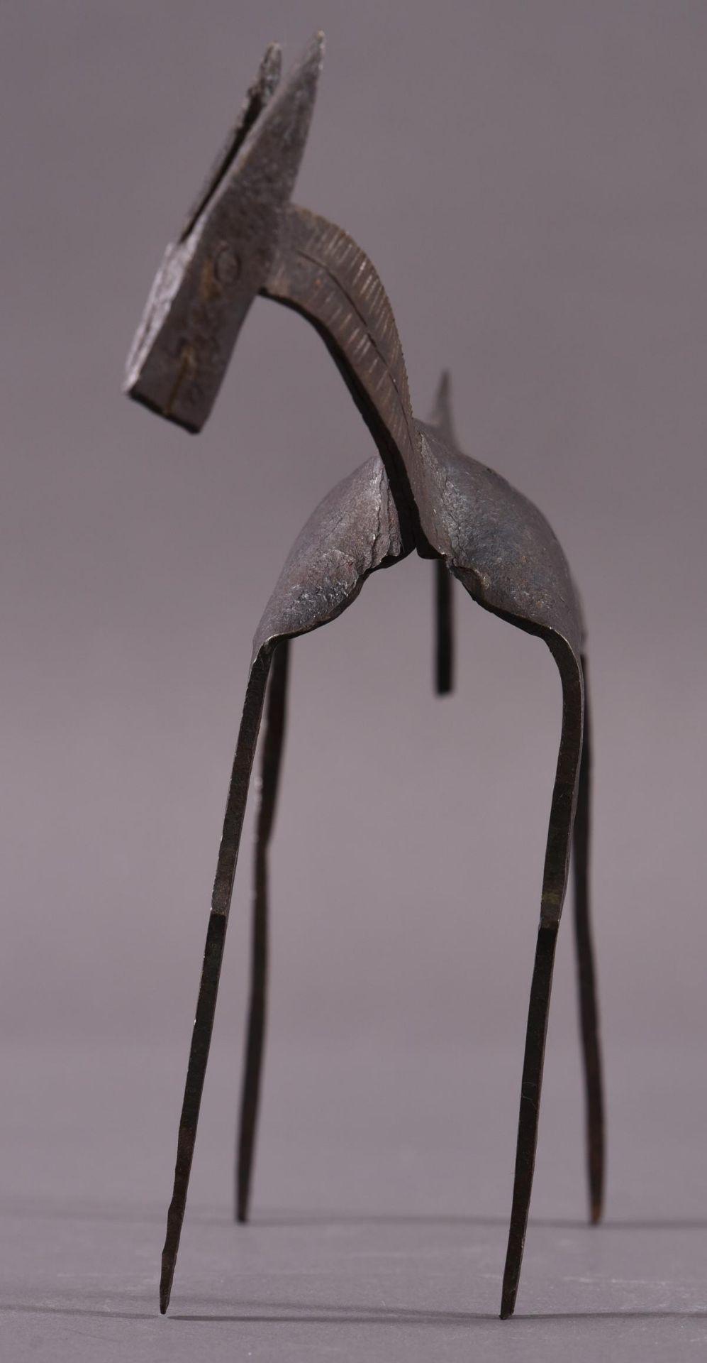Eisenskulptur in Form einer Gazelle, unbekannter Künstler des 20. JahrhundertCa. 24,5 x 8 x 35 cm. - Bild 6 aus 6