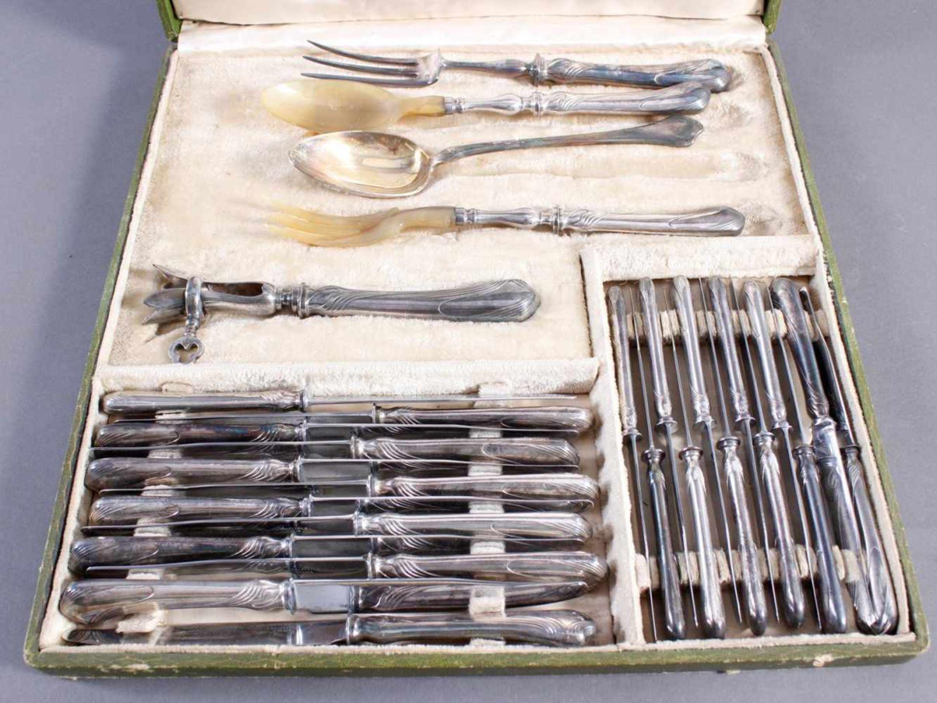 Los 1732 - Christofle Essbesteck für 12 Personen mit Vorlegelöffel, JugendstilVersilbert, 12 große und 12