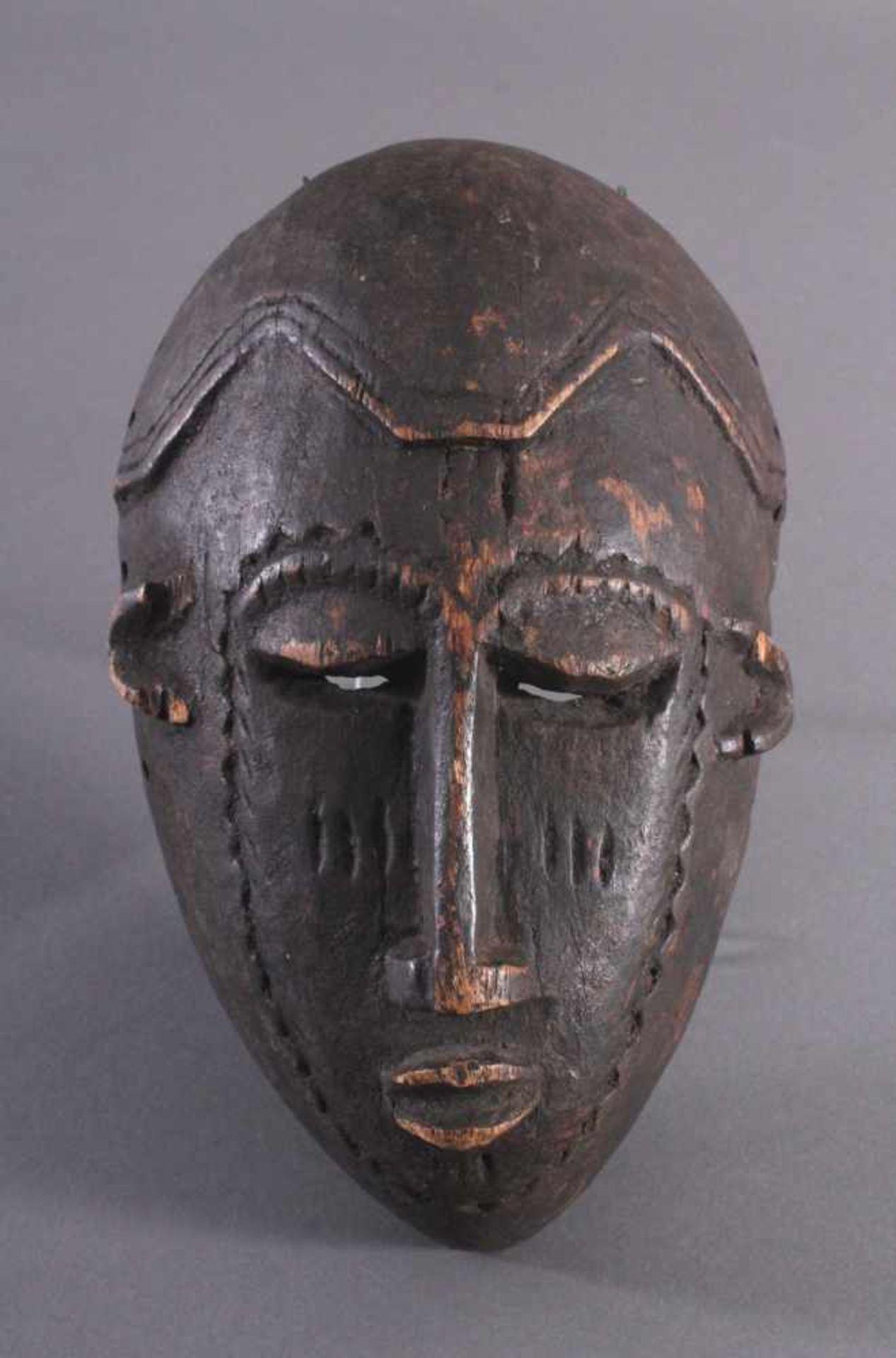 Antike Maske, Kwele-GabunHolz, geschnitzt, dunkle Patina, Narbentatauierung, ca. L-27 cm