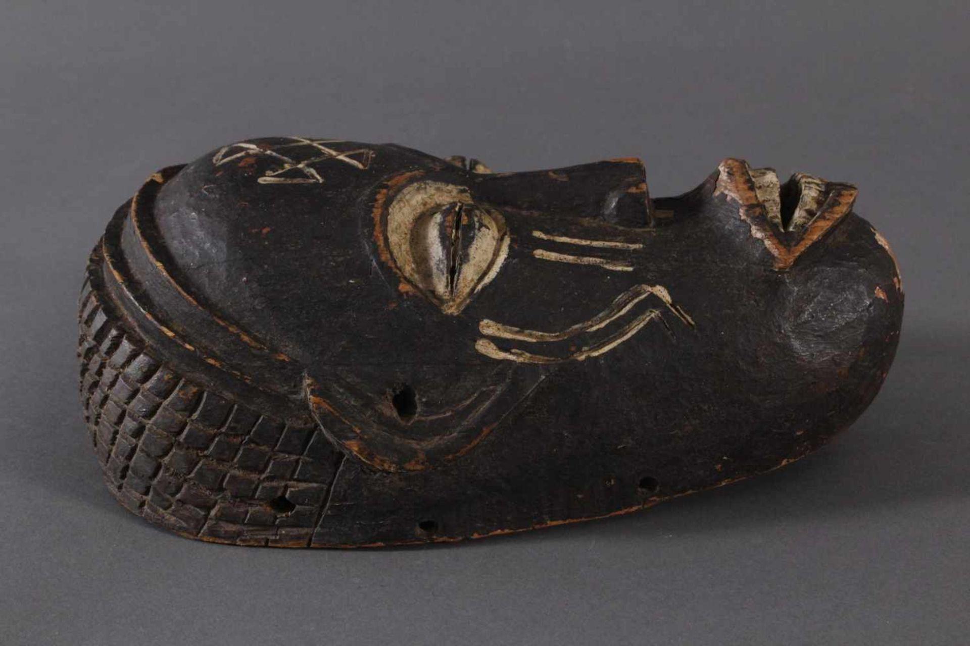 Antike Maske, Chokwe, Angola 1. Hälfte 20. Jh.Holz geschnitzt, dunkle Patina und Kaolin Bemalung, - Bild 2 aus 6