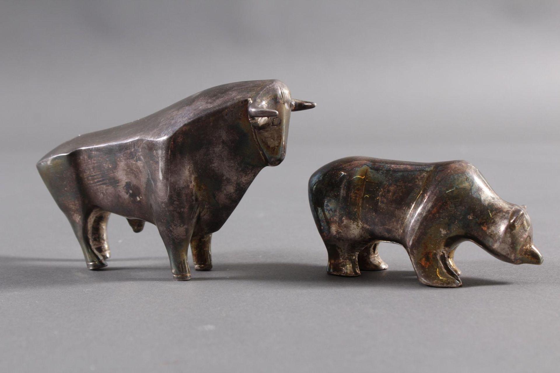 Los 1197 - Kleines versilbertes Figurenpaar: Bulle und BärHohl gegossene Figuren in den Höhen von ca. 7,8 cm