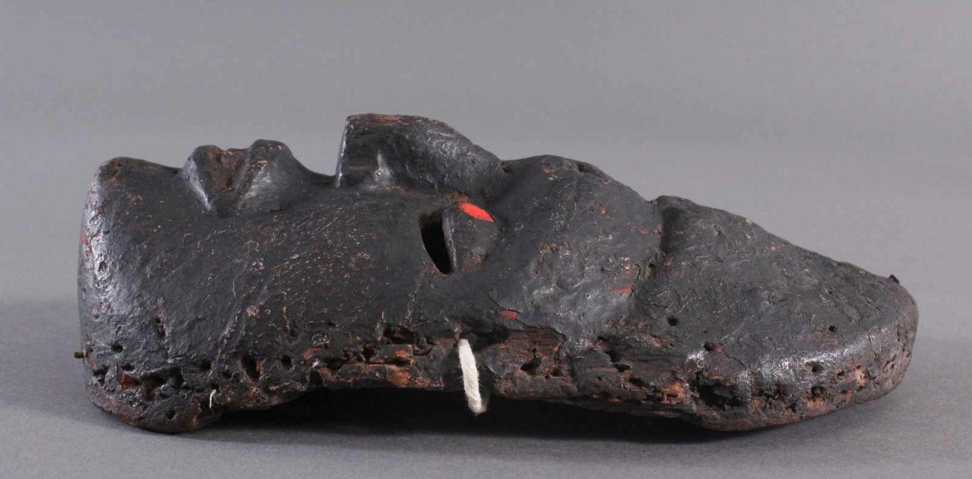 Antike Afrikanische Maske, 1. Hälfte 20. Jh.Braunes Holz, rot bemalt, schwarze Patina mit - Bild 3 aus 6